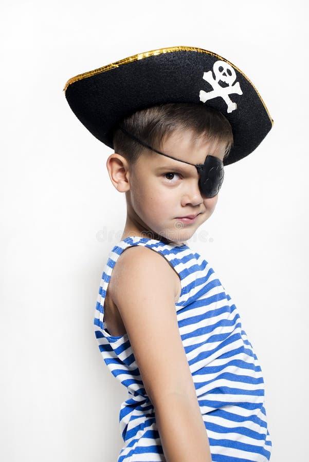 Rapaz pequeno 5-6 anos velho vestindo um traje do pirata fotos de stock royalty free