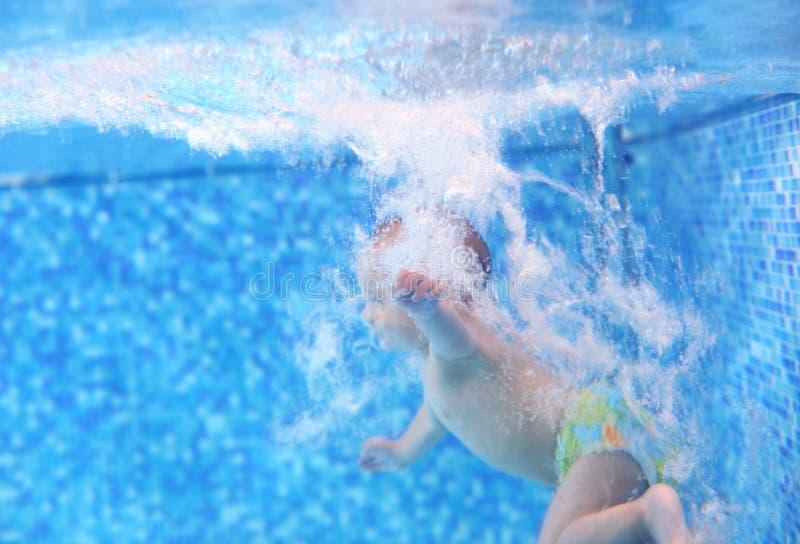 Rapaz pequeno após o mergulho em uma piscina fotografia de stock