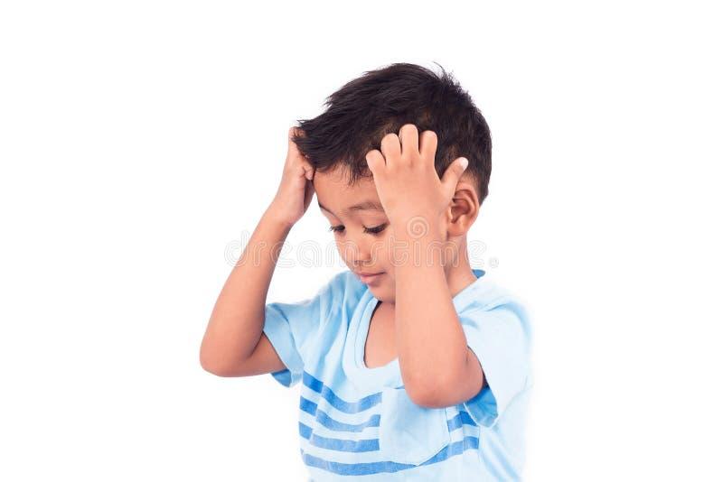 Rapaz pequeno asiático da criança que risca a cabeça imagem de stock