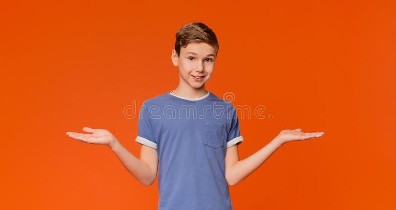 Rapaz pequeno bonito com as palmas vazias que enfrentam acima imagens de stock royalty free