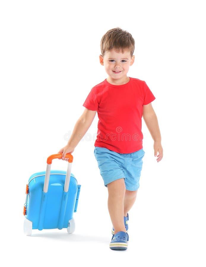 Rapaz pequeno bonito com mala de viagem azul imagens de stock