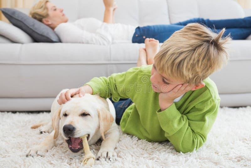 Rapaz pequeno bonito com seu cachorrinho imagens de stock