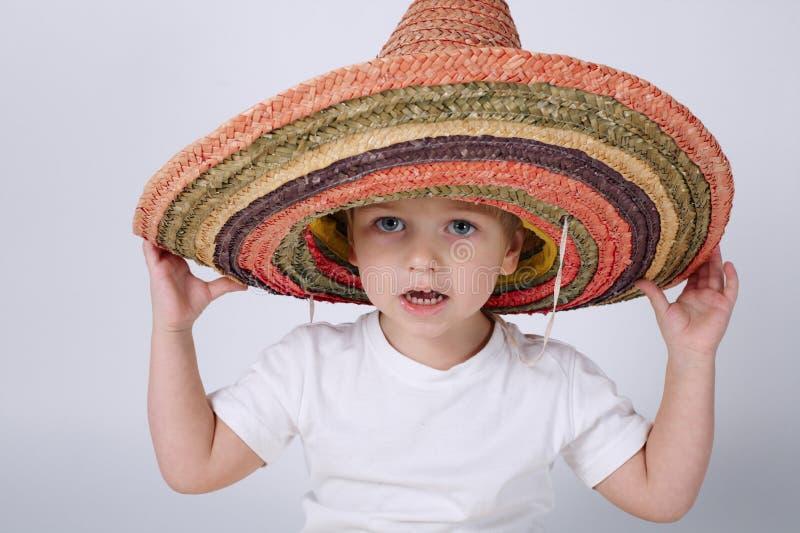 Rapaz pequeno bonito com sombreiro fotografia de stock royalty free