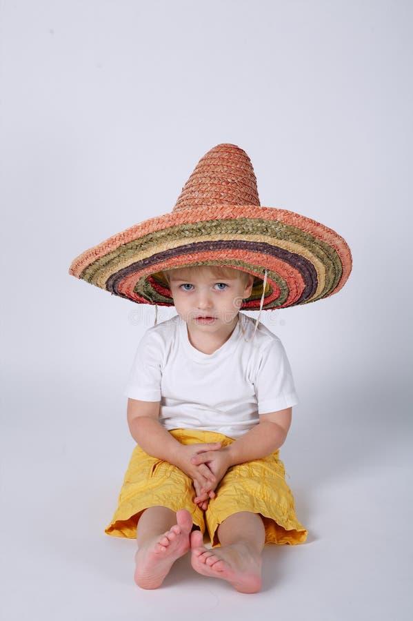 Rapaz pequeno bonito com sombreiro imagens de stock