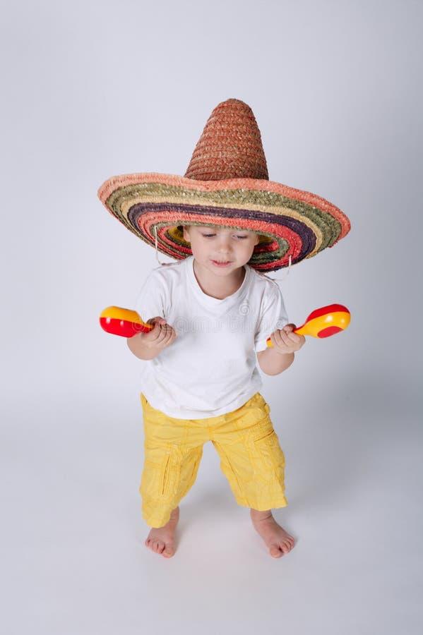 Rapaz pequeno bonito com sombreiro fotos de stock royalty free