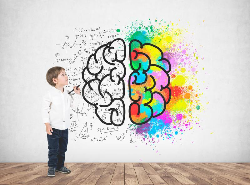 Rapaz pequeno bonito com um marcador, cérebro foto de stock royalty free