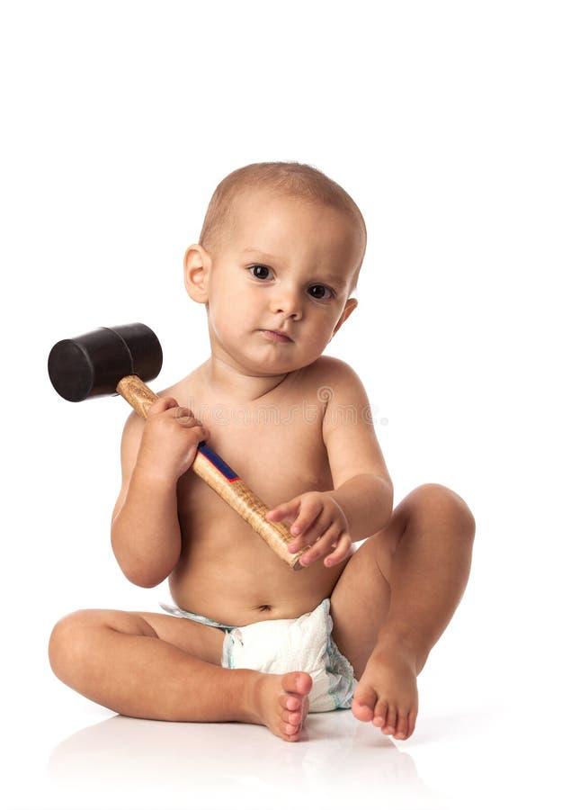 Rapaz pequeno bonito com um martelo fotografia de stock