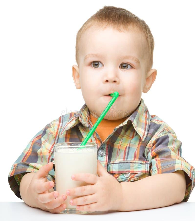 Rapaz pequeno bonito com um vidro do leite fotos de stock royalty free