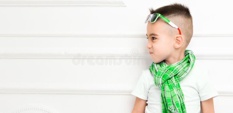 Rapaz pequeno bonito da forma em cal?as e t-shirt e len?o brilhantes foto de stock royalty free