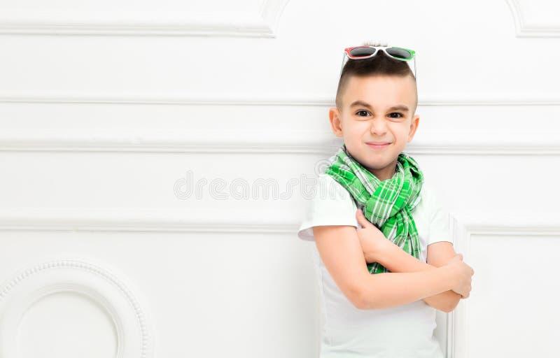 Rapaz pequeno bonito da forma em cal?as e t-shirt e len?o brilhantes imagem de stock