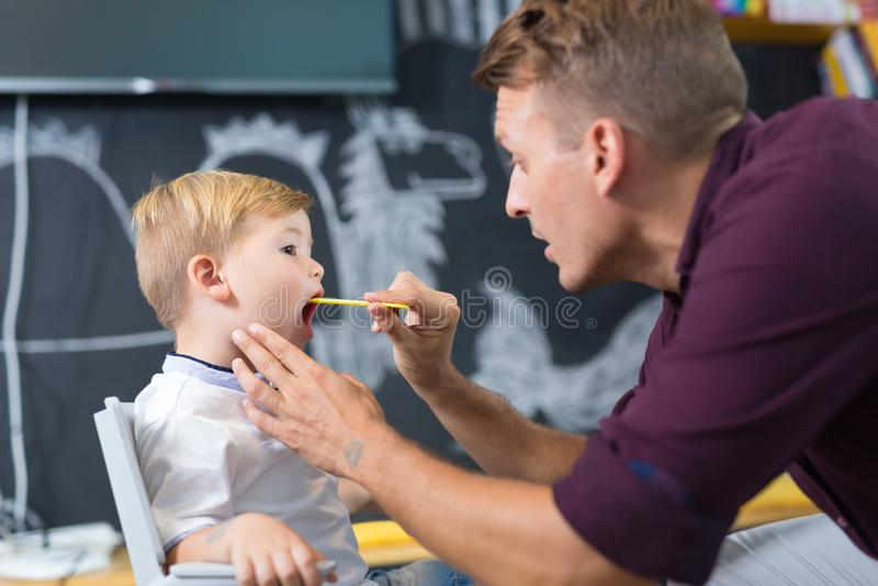 Rapaz pequeno bonito na sessão do speechtherapist fotos de stock