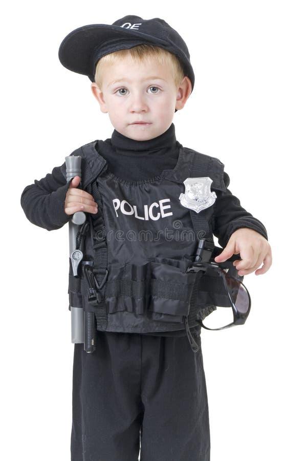 Rapaz pequeno bonito no equipamento dos policemans imagens de stock