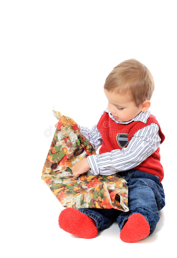Rapaz pequeno bonito que desempacota presentes fotografia de stock royalty free