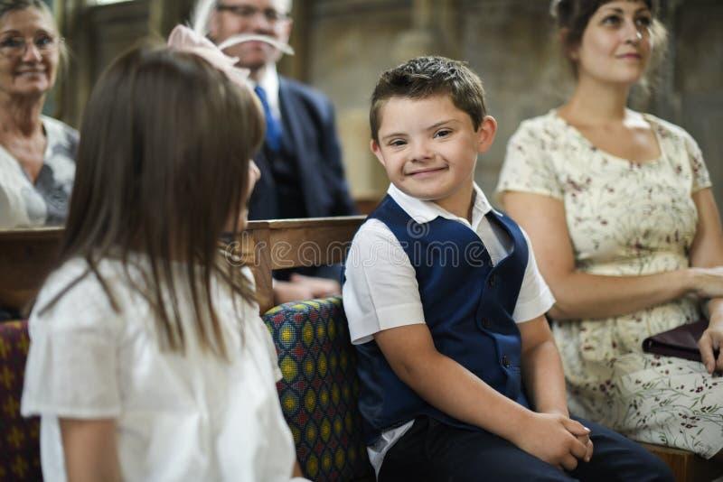 Rapaz pequeno bonito que espera a noiva para chegar imagens de stock