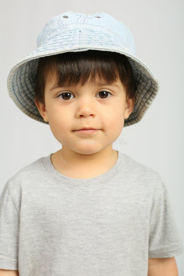 Rapaz pequeno bonito que olha a câmera imagens de stock