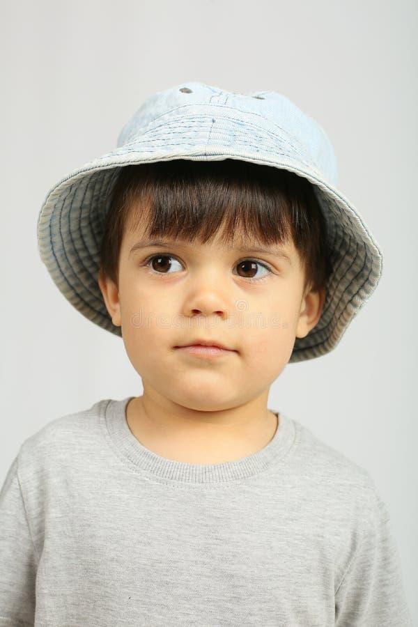Rapaz pequeno bonito que olha a c?mera fotografia de stock royalty free
