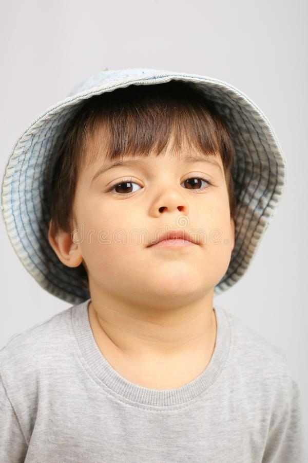 Rapaz pequeno bonito que olha a c?mera foto de stock