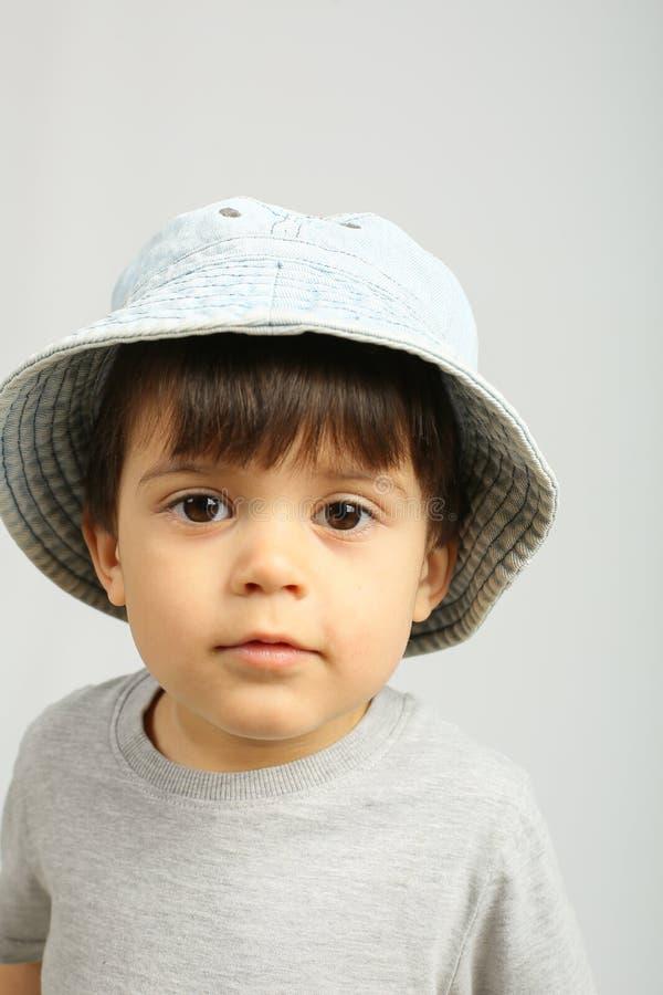 Rapaz pequeno bonito que olha a c?mera fotos de stock