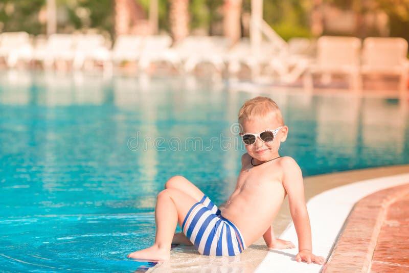 Rapaz pequeno bonito que senta-se na associação fotografia de stock royalty free