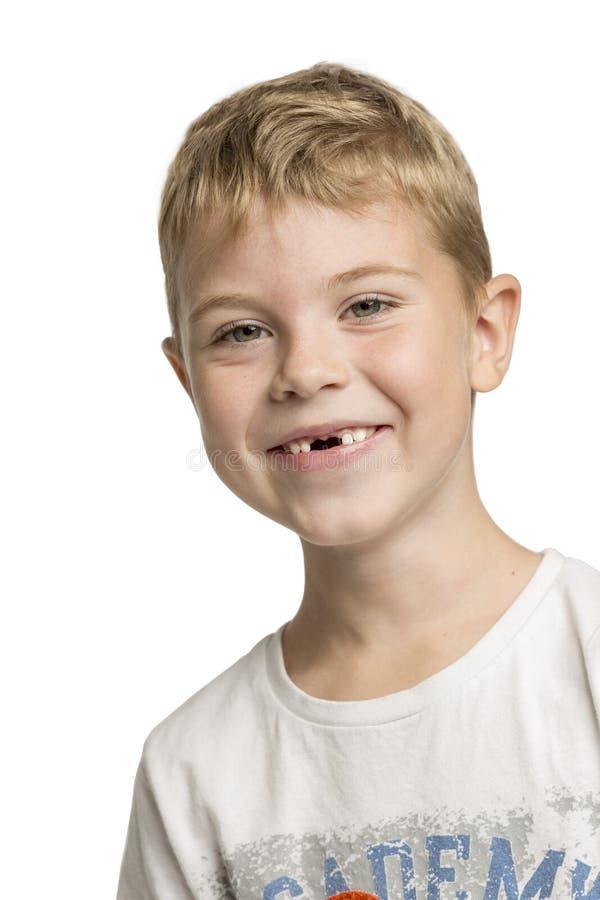 Rapaz pequeno bonito sem dentes anteriores que ri, close-up imagens de stock