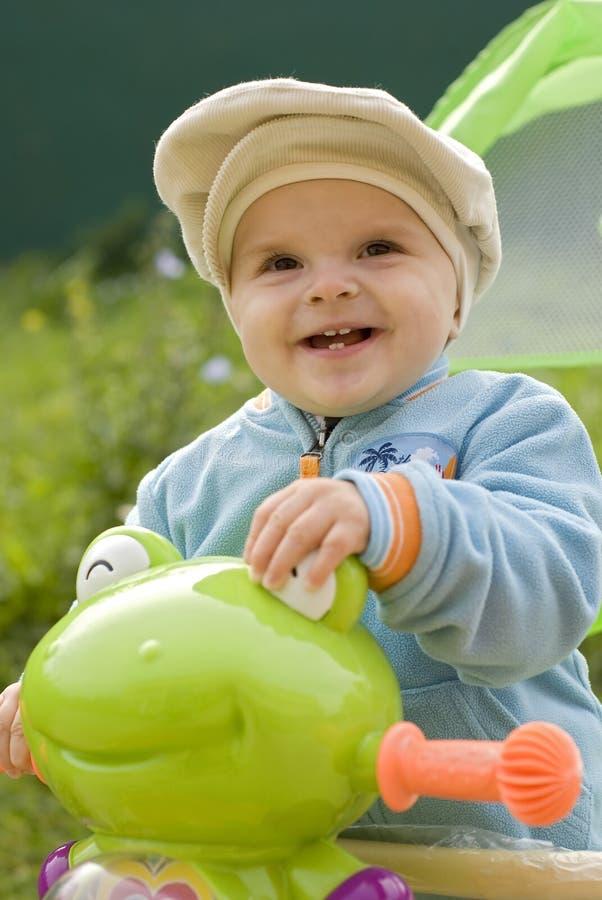 Rapaz pequeno com bicicleta fotos de stock