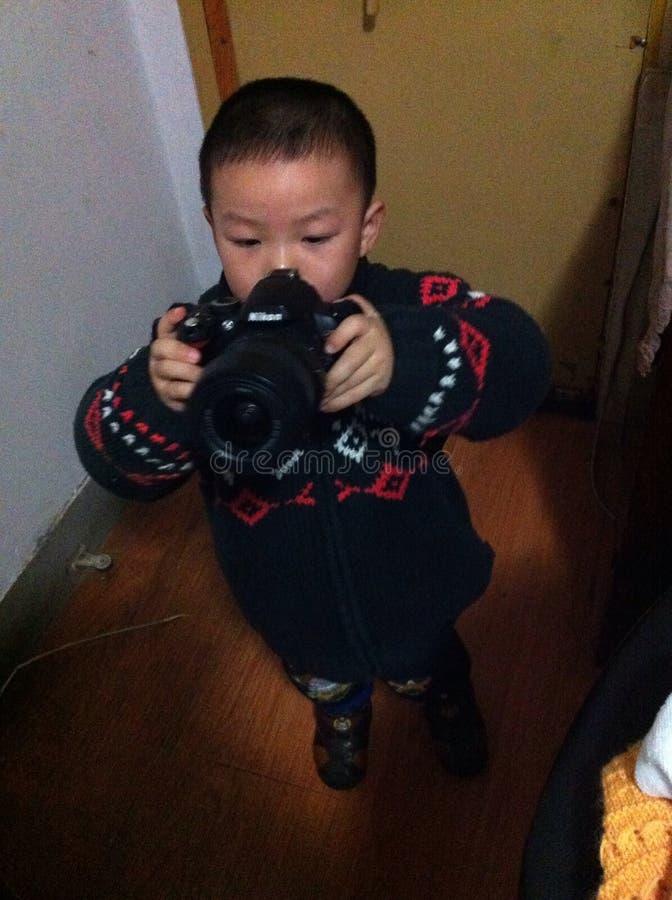 Rapaz pequeno com camara foto de stock royalty free