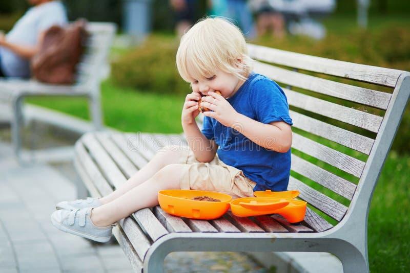 Rapaz pequeno com cesta de comida e o petisco saudável fotografia de stock
