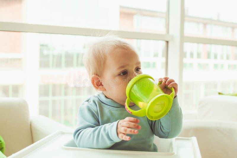 Rapaz pequeno com copo do bebê imagens de stock