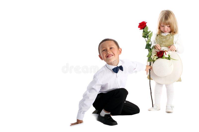 Rapaz pequeno com cor-de-rosa e menina fotos de stock