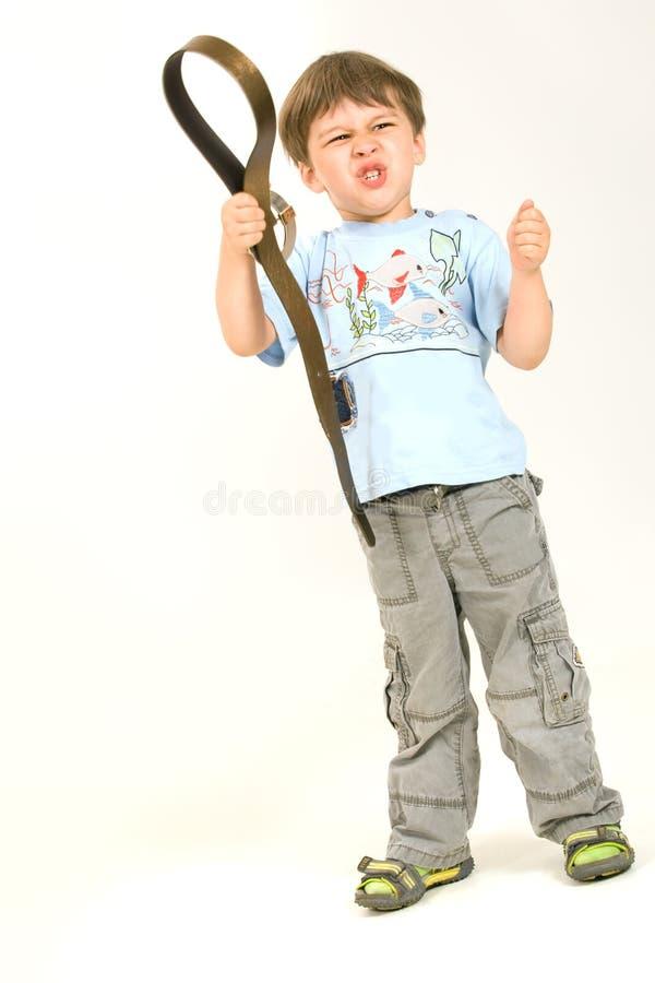 Rapaz pequeno com correia imagem de stock