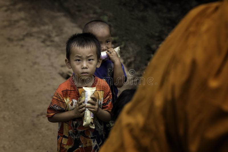 Rapaz pequeno com doces à disposição imagens de stock