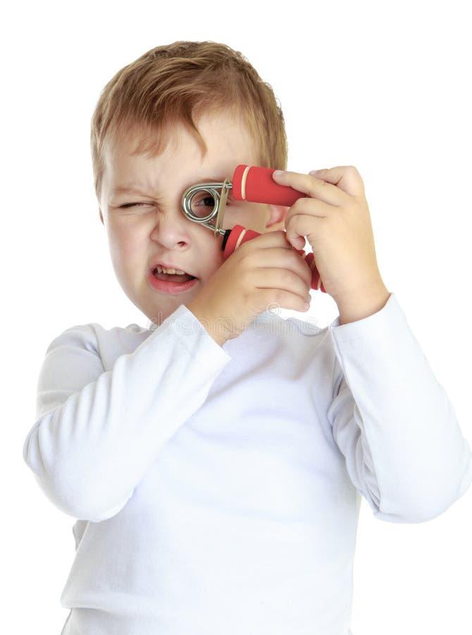 Rapaz pequeno com expansores fotografia de stock