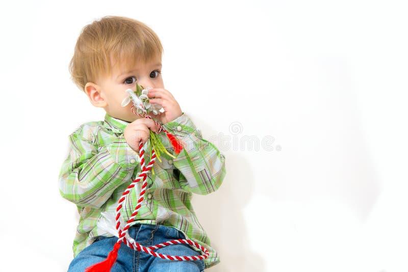 Rapaz pequeno com flores da mola fotos de stock royalty free