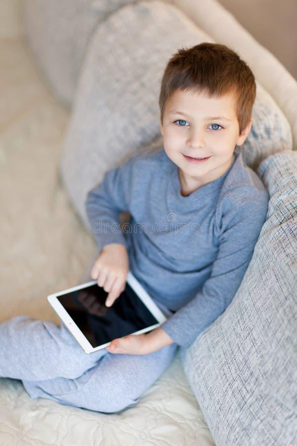 Rapaz pequeno com iPad fotografia de stock royalty free