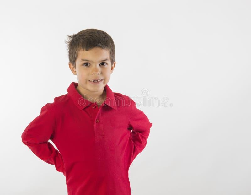 Rapaz pequeno com mãos nos quadris foto de stock royalty free