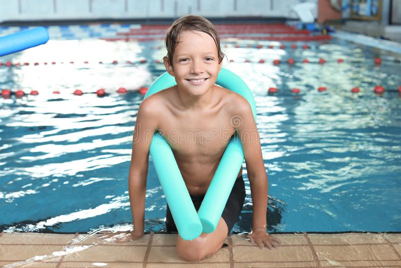 Rapaz pequeno com macarronete da natação fotos de stock royalty free