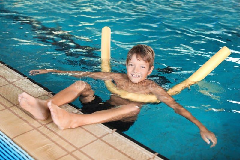 Rapaz pequeno com macarronete da natação imagens de stock