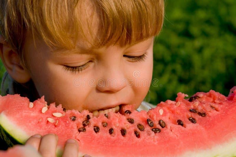 Rapaz pequeno com melancia imagem de stock royalty free
