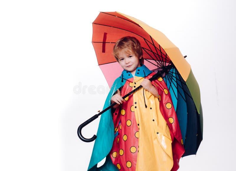 Rapaz pequeno com o guarda-chuva arco-?ris-colorido isolado no fundo branco Venda para a cole??o inteira do outono, incr?vel imagens de stock royalty free