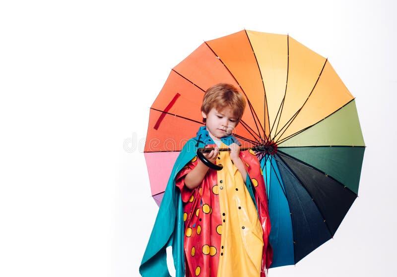 Rapaz pequeno com o guarda-chuva arco-?ris-colorido isolado no fundo branco Venda para a cole??o inteira do outono, incr?vel imagem de stock royalty free