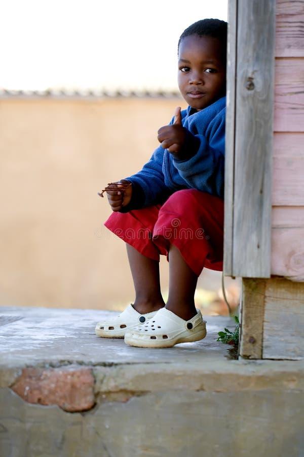 Rapaz pequeno com seu polegar acima fotos de stock