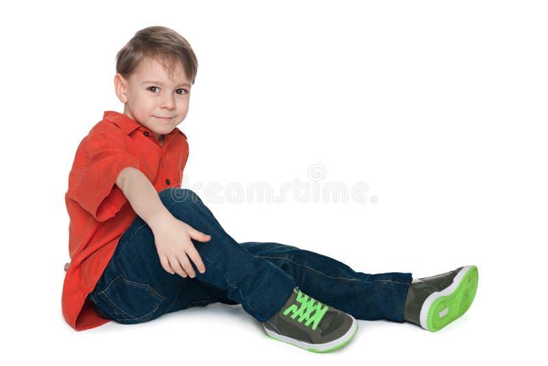 Rapaz pequeno da forma na camisa vermelha foto de stock