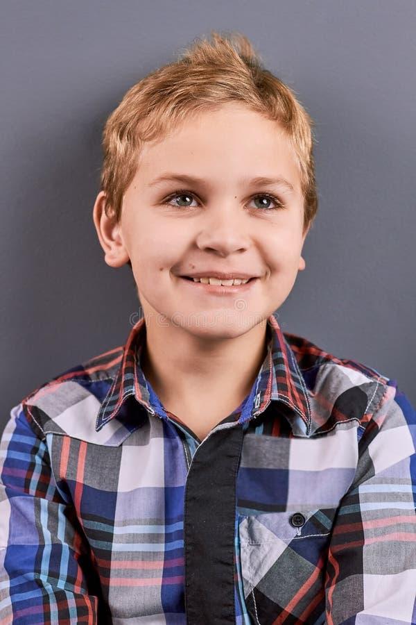 Rapaz pequeno de sorriso positivo, retrato imagem de stock royalty free