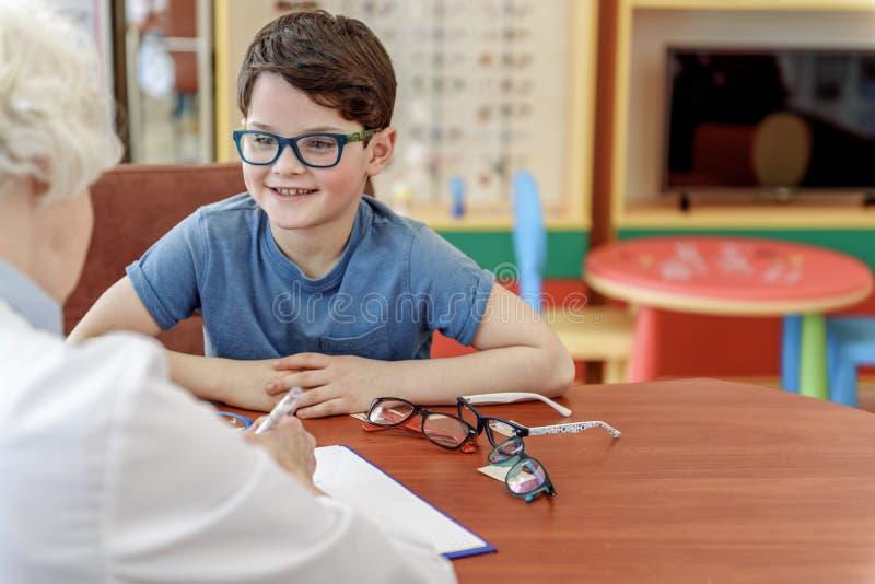 Rapaz pequeno divertido no eyewear fotos de stock
