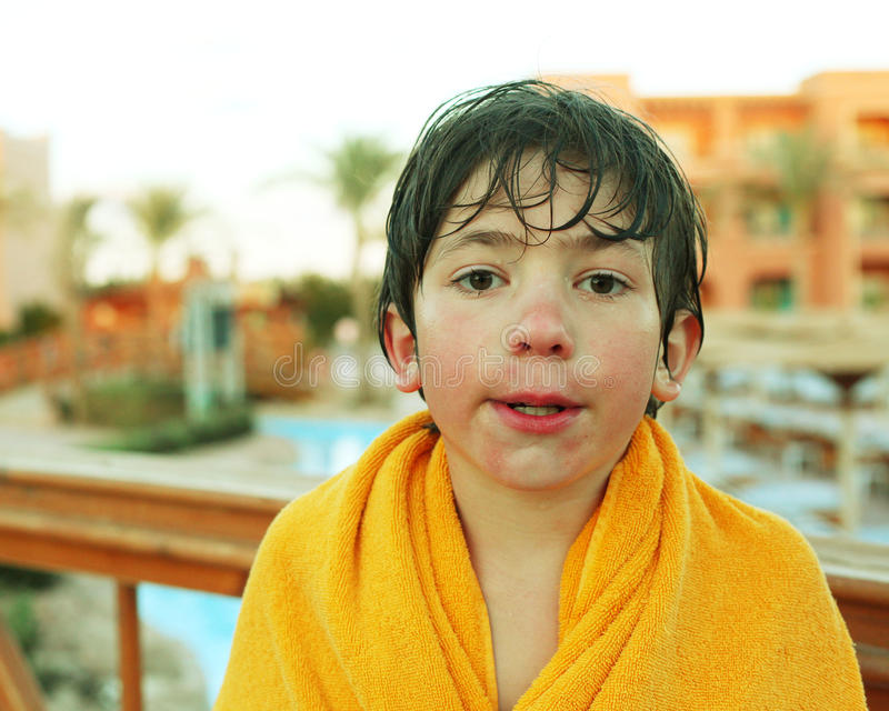 Rapaz pequeno do Preteen no parque do aqua do ar livre fotografia de stock
