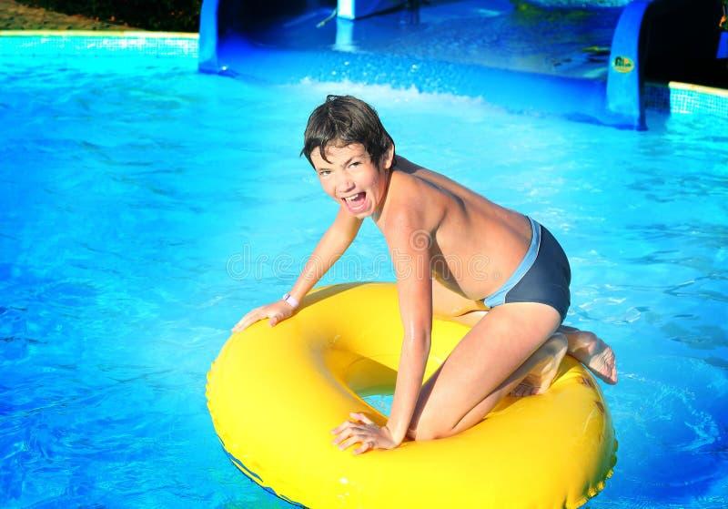 Rapaz pequeno do Preteen no parque do aqua do ar livre fotos de stock royalty free