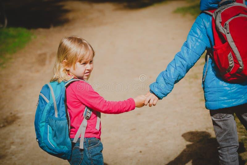 Rapaz pequeno e menina com as trouxas que vão educar imagens de stock royalty free