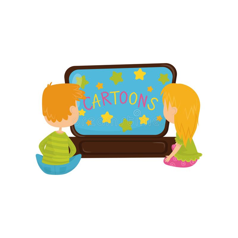 Rapaz pequeno e menina que sentam-se no assoalho na frente da tevê e dos desenhos animados de observação Projeto liso colorido do ilustração royalty free