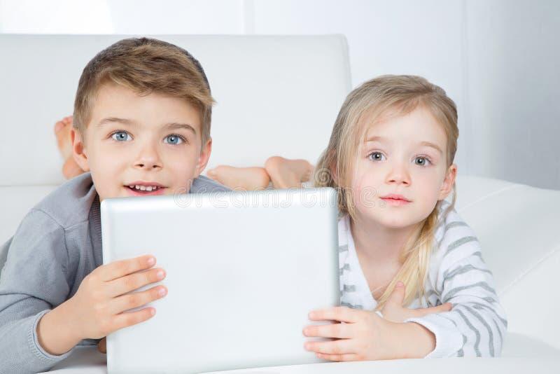 Rapaz pequeno e menina surpreendidos foto de stock royalty free