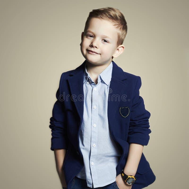 rapaz pequeno elegante criança à moda no terno imagem de stock